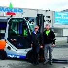 Tor Arne Heiberg, selger i Andersen Truck avdeling Oslo forklarer at man i RX 70-30 og 70-35 har videreutviklet det dieselelektriske motorsystemet i RX 70. Innovasjonsprosessen har ført til lavere drivstofforbruk, minimale utslipp og avgasser, samt det absolutte minimum av vedlikeholdsbehov. Lars R. Nærum (t.v) , innkjøper i Maxbo/Løvenskiold og truckansvarlig Trond Løvås (t.h) har mange lovord om den nye hybridtrucken.