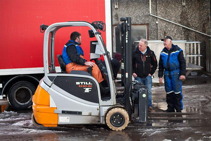 Roar Andersen snakker med truckførere og truckmekanikere på Johan B Larsens anlegg på Moskenes. Her går en STILL RX 20-20 både på utsiden og innsiden av bygget.